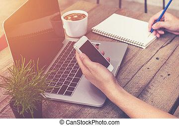 κατάστημα , καφέs , toned., επιχείρηση , κρασί , laptop , νέος , χέρι , τηλέφωνο , ηλεκτρονικός υπολογιστής , κράτημα , χρησιμοποιώνταs , άντραs