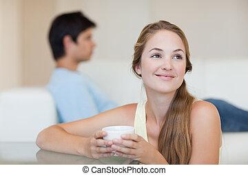 καφέs , αυτήν , χρόνος , καναπέs , αρραβωνιαστικός , γυναίκα , πόσιμο , κάθονται