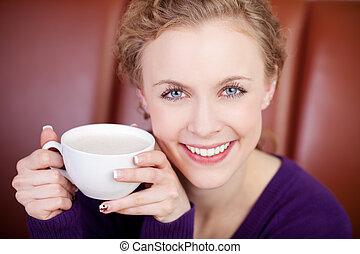 καφέs , γυναίκα , κύπελο , ελκυστικός , χαμογελαστά , απολαμβάνω