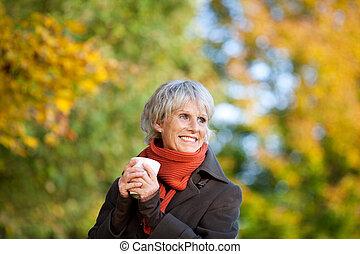 καφέs , γυναίκα , πάρκο , αρχαιότερος , απολαμβάνω , χαμογελαστά