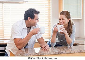 καφέs , ζευγάρι , έχει , κάποια , κουζίνα