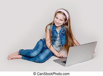 κειμένος , laptop , litlle, κορίτσι , πάτωμα