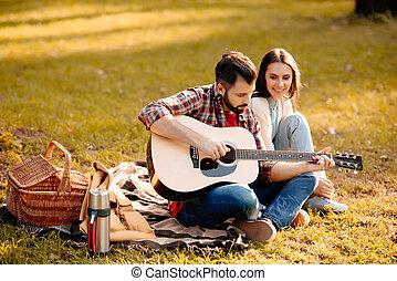 κιθάρα , φιλενάδα , άντραs , νέος , παίξιμο