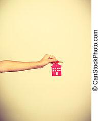 κλειδιά , σπίτι , πρόσωπο , σχήμα , κρεμαστό κόσμημα , κράτημα