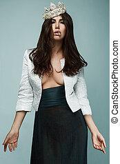 κομψός , ζεστός , μελαχροινή , γυναίκα , μέσα , κέντρο στόχου αγκώνας αγκύρας , ανάδοση καπνού ανάλογα με τσιγάρο