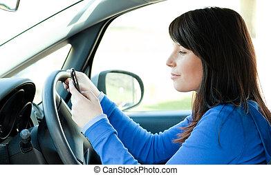 κορίτσι , ευκίνητος τηλέφωνο , εφηβική ηλικία , ελκυστικός , χρησιμοποιώνταs , οδήγηση , χρόνος