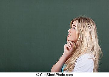 κορίτσι , προσεκτικός , εφηβικής ηλικίας , εναντίον , chalkboard
