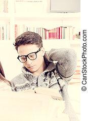 κουρασμένος , νέος , βιβλίο , ανήρ ανάγνωση , γυαλιά