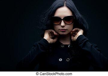 κουραστικός , μελαχροινή , γυαλλιά ηλίου