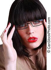κουραστικός , μελαχροινή , ελκυστικός , γυαλιά