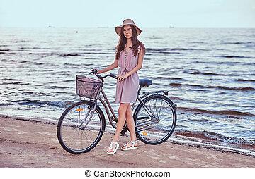 κουραστικός , ποδήλατο , αυτήν , παραλία , παραλία , εναντίον , φόντο. , καταπληκτικός , βαδίζω , κορίτσι , ευτυχισμένος , φόρεμα , αισθησιακός , καπέλο