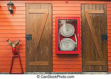 κουτί , μάνικα , επείγουσα ανάγκη , firefighting , φωτιά , pump., σύστημα , protection., wall., εξοπλισμός , εργασία σωλήνων , system., ασφάλεια , απαγχόνιση , πορτοκάλι , ξύλινος , κατακλύζω , ντουλάπι , ασφάλεια , κόκκινο
