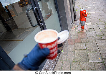 κράτημα , βλέπω , δρόμοs , γάντι , defocused , αρσενικό , ανοίγω , κύπελο , πόλη , χέρι , καφέs