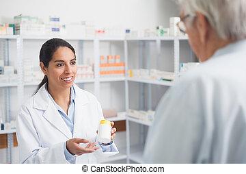 κράτημα , φαρμακοποιός , γυναίκα , ναρκωτικό , κουτί