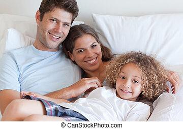 κρεβάτι , χαμογελαστά , ανακουφίζω από δυσκοιλιότητα , οικογένεια