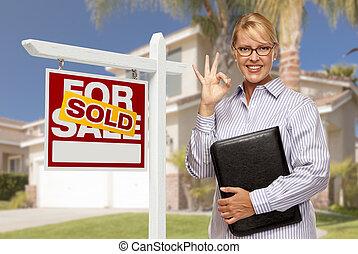 κτηματομεσίτης , in front of , αγοράζομαι αναχωρώ , και , σπίτι