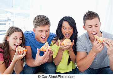μαζί , απολαμβάνω pizza , φίλοι