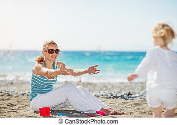 μαμά , παίξιμο , με , μωρό , επάνω , παραλία