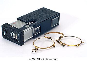 ματογυαλιά συγκρατούμενα με ελατήριον επί της μύτης , φωτογραφία κάμερα , γριά