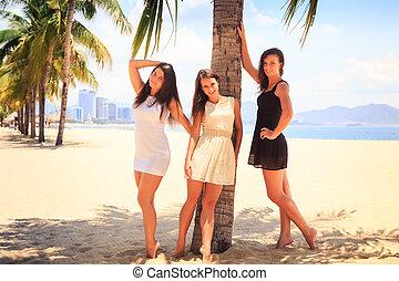 μελαχροινή , γυμνόποδος , αδύνατες , δεσποινάριο , τρία , αντέχω , παραλία