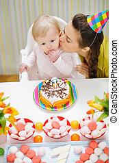 μητέρα , ασπασμός , βρέφος απολαμβάνω , τούρτα γενεθλίων
