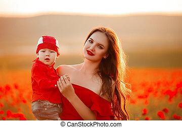 μητέρα , με , υιόs , μέσα , αφιόνι , απολαμβάνω ανθρώπινες ζωές , σε , sunset., αίσιος ειδών ή πραγμάτων , καλοκαίρι , vacation., όμορφη , μελαχροινή , με , μακριά , υγιεινός , μαλλιά , κράτημα , μικρός , boy., ξένοιαστος , ανώριμος mom , πάνω , κόκκινο , field., επαρχία , γραφική εξοχική έκταση.
