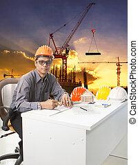 μηχανική , άντραs , με , ασφάλεια γαλέα , εργαζόμενος , τραπέζι , εναντίον , buildin