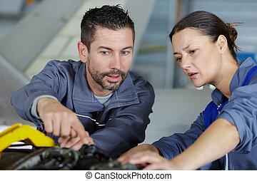 μηχανικός , αναθέτω διαταγές , συνάδελφος , γυναίκα