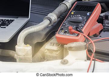 μηχανικός αυτοκινήτων , δουλεία χρήσεως , ένα , multimeter , βολτόμετρο , αναφορικά σε ανακοπή , ο , τάση , επίπεδο , αναμμένος ανάλογα με άμαξα αυτοκίνητο , battery.