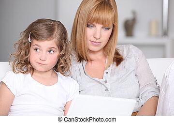 μικρός , αυτήν , ανεντυπωσίαστος , laptop , μητέρα , κορίτσι