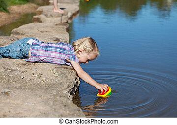 μικρός , αυτήν , βάζω , νερό , κορίτσι , βάρκα