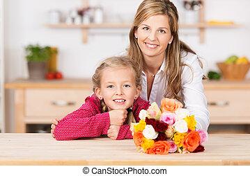 μικρός , αυτήν , μητέρα , κορίτσι , λουλούδια , χαμογελαστά