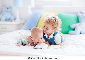 μικρός , βιβλίο , αδέλφια , κρεβάτι , διάβασμα