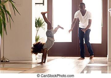 μικρός , εκδήλωση , πατέραs , αφρικανός , δραστήριος , θέση , κορίτσι , handstand , κατασκευή