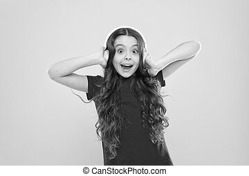 μικρός , κουρδίζω , κορίτσι , λατρευτός , παίξιμο , headphones., παιδί , δίνω , dj , μουσική , headset , απολαμβάνω , κίτρινο , ραδιόφωνο , φόντο. , disco., groove., παιδί , ασύρματος , χρησιμοποιώνταs , χαριτωμένος , μικρό , ακούω