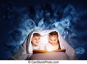 μικρός , μικρόκοσμος , κρεβάτι , βιβλίο , διάβασμα , ευτυχισμένος