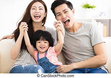 μικρός , οικογένεια , καναπέs , κορίτσι , παίξιμο , ευτυχισμένος