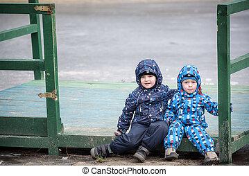 μικρός , τοπίο , αδέλφια , κάθονται , ξύλινος , παίξιμο , δυο , λίμνη , φθινόπωρο , παγωμένος , χαμογελαστά , αποβάθρα