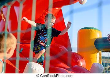 μικρό , αγόρι , αναπηδητικόσ , κάστρο , παίξιμο