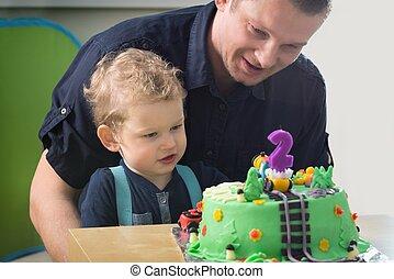 μικρό αγόρι , γιορτάζω , 2 γενέθλια