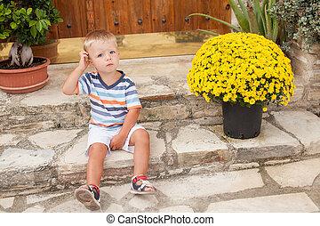 μικρό , αγόρι , σκάλεs , κάθονται