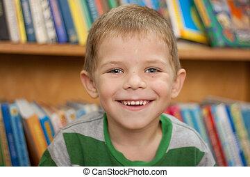 μικρό , αγόρι , χαμογελαστά , αγία γραφή , φόντο