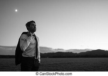 μονόχρωμος , εικόνα , από , επιχειρηματίας , μέσα , κομψός , κουστούμι , με , δικός του , ζακέτα , απαγχόνιση , πάνω , δικός του , ώμοs