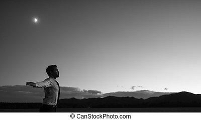 μονόχρωμος , εικόνα , από , businessman ακουμπώ , με , ακάλυπτη θέση αγκαλιά , μέσα , ένα , πεδίο