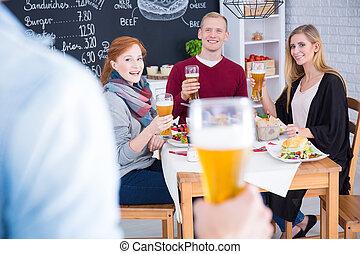 μπύρα , άντραs , χέρι