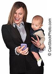 μωρό , επιχειρηματίαs γυναίκα , κοιτάζω , τηλέφωνο
