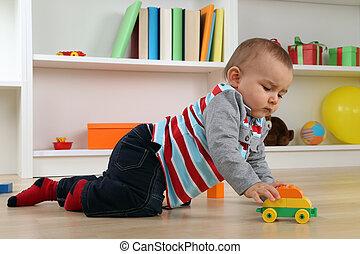 μωρό , παίξιμο , με , άθυρμα άμαξα αυτοκίνητο