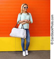μόδα , γυαλλιά ηλίου , γραφικός , τοίχοs , εναντίον , τσάντα , γυναίκα , όμορφη , πορτοκάλι , πορτραίτο , χαμογελαστά