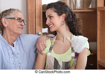νέα γυναίκα , έργο , ο , ξεσκονίζω , για , ένα , ηλικιωμένος , κυρία