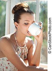 νέα γυναίκα , έχει , πρωί , άγιο δισκοπότηρο από καφέ